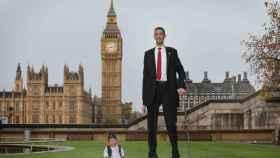 El hombre más alto del mundo y el más bajo.