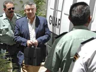 Juan Antonio Roca custodiado por la Guardia Civil.