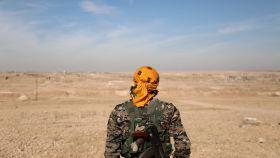 Un combatiente de la Fuerza de Siria Democrática, al norte de Raqa en el segundo día de asedio.