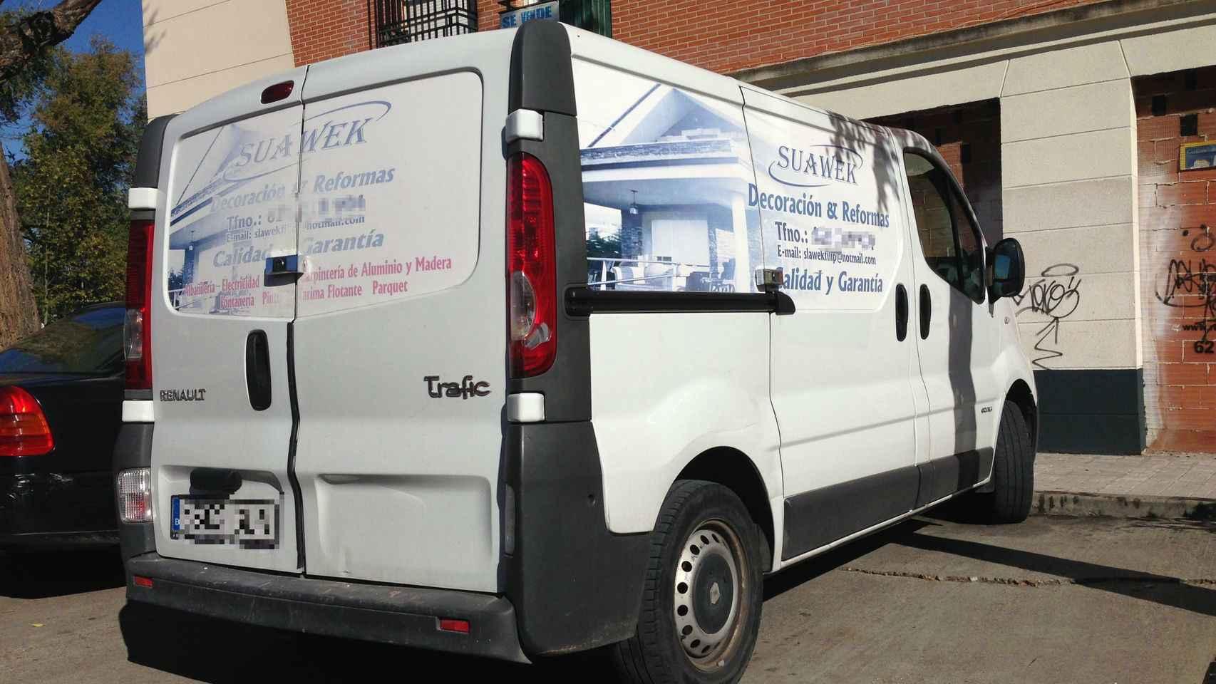 Slawomir, el padre de Laura, tiene una empresa de reformas y decoración. Su furgoneta de trabajo seguía aparcada este martes en la calle trasera de su casa. A.L.