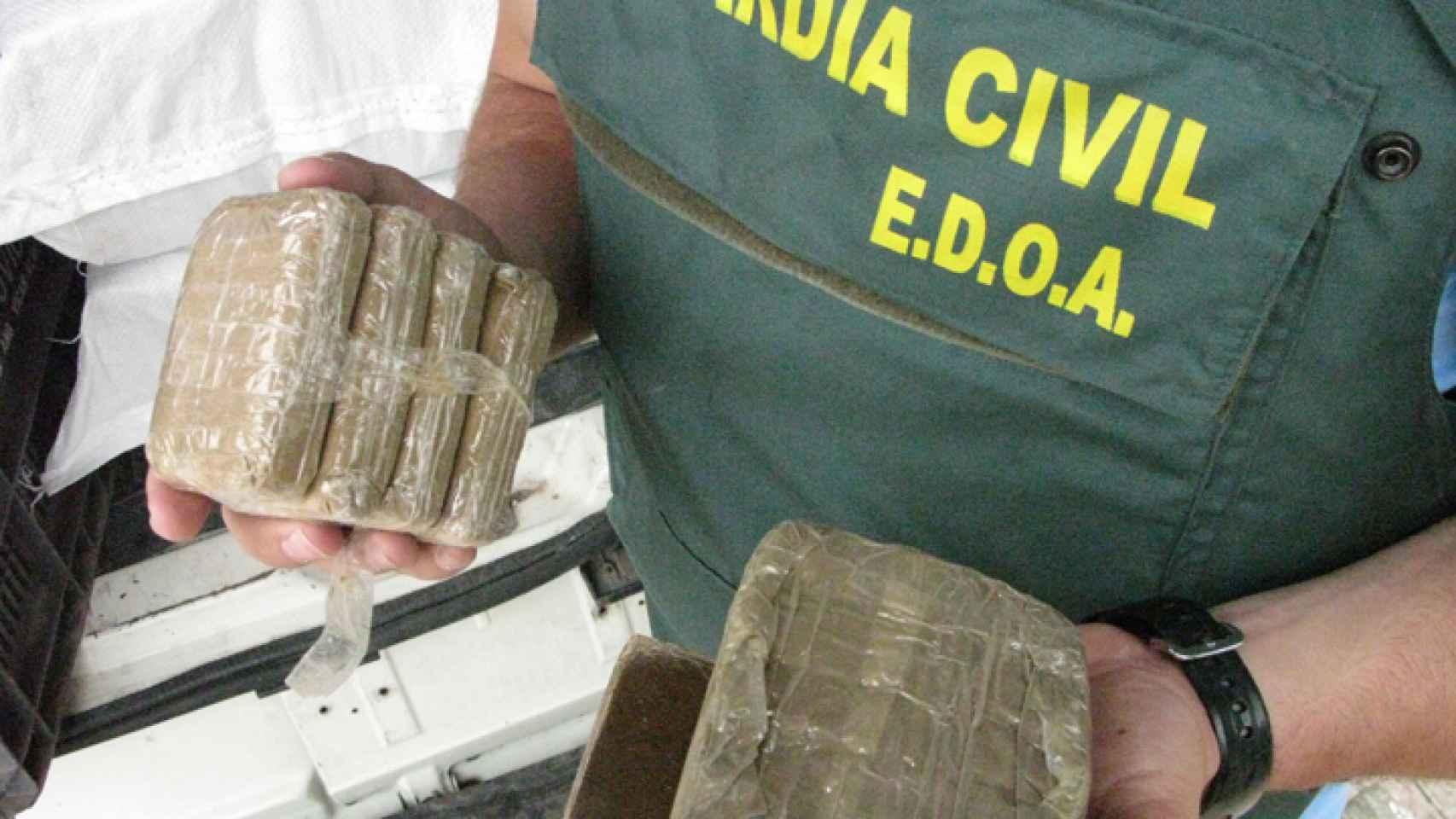 Un agente del EDOA sostiene varias placas de hachís decomisadas durante un operativo de la Benemérita.