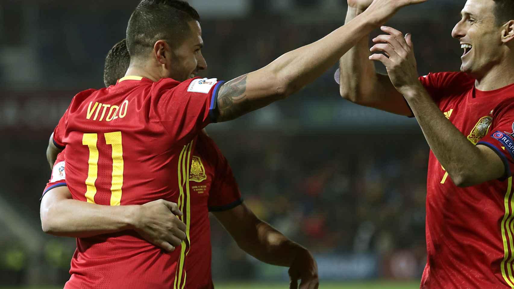 Vitolo y Aduriz celebran el cuarto gol.