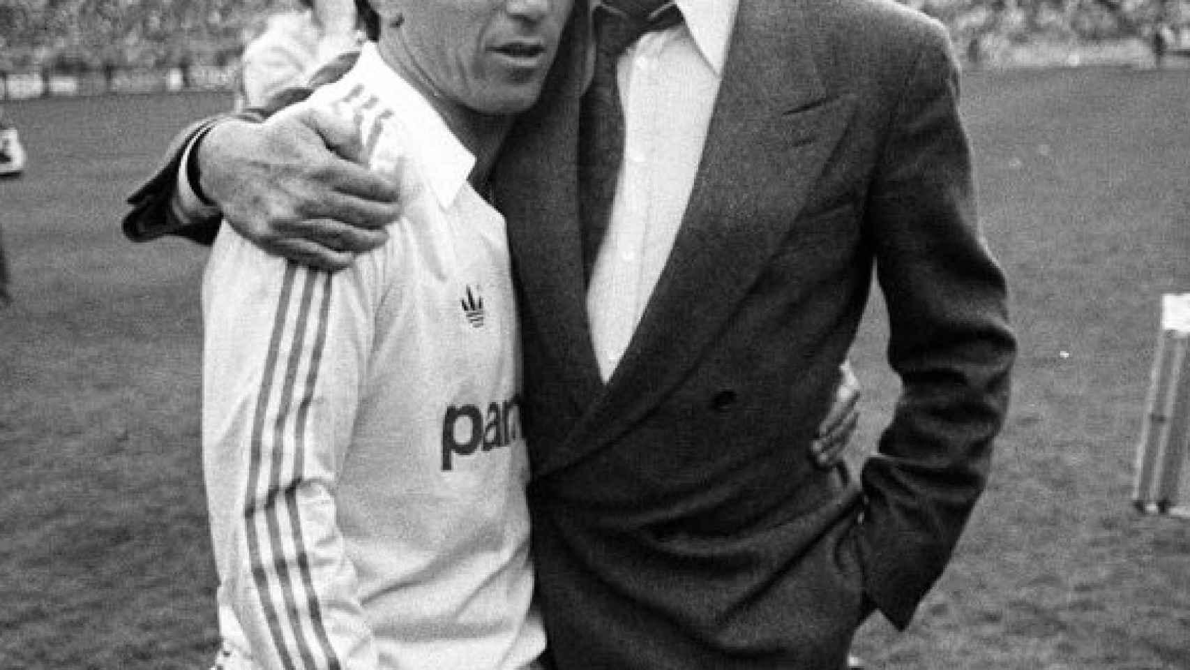 Ramón Mendoza abraza a Juanito en el día de su despedida del Real Madrid