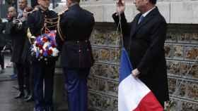 El presidente Francois Hollande destapa una de las placas conmemorativas cercana al café La Belle Equipe.