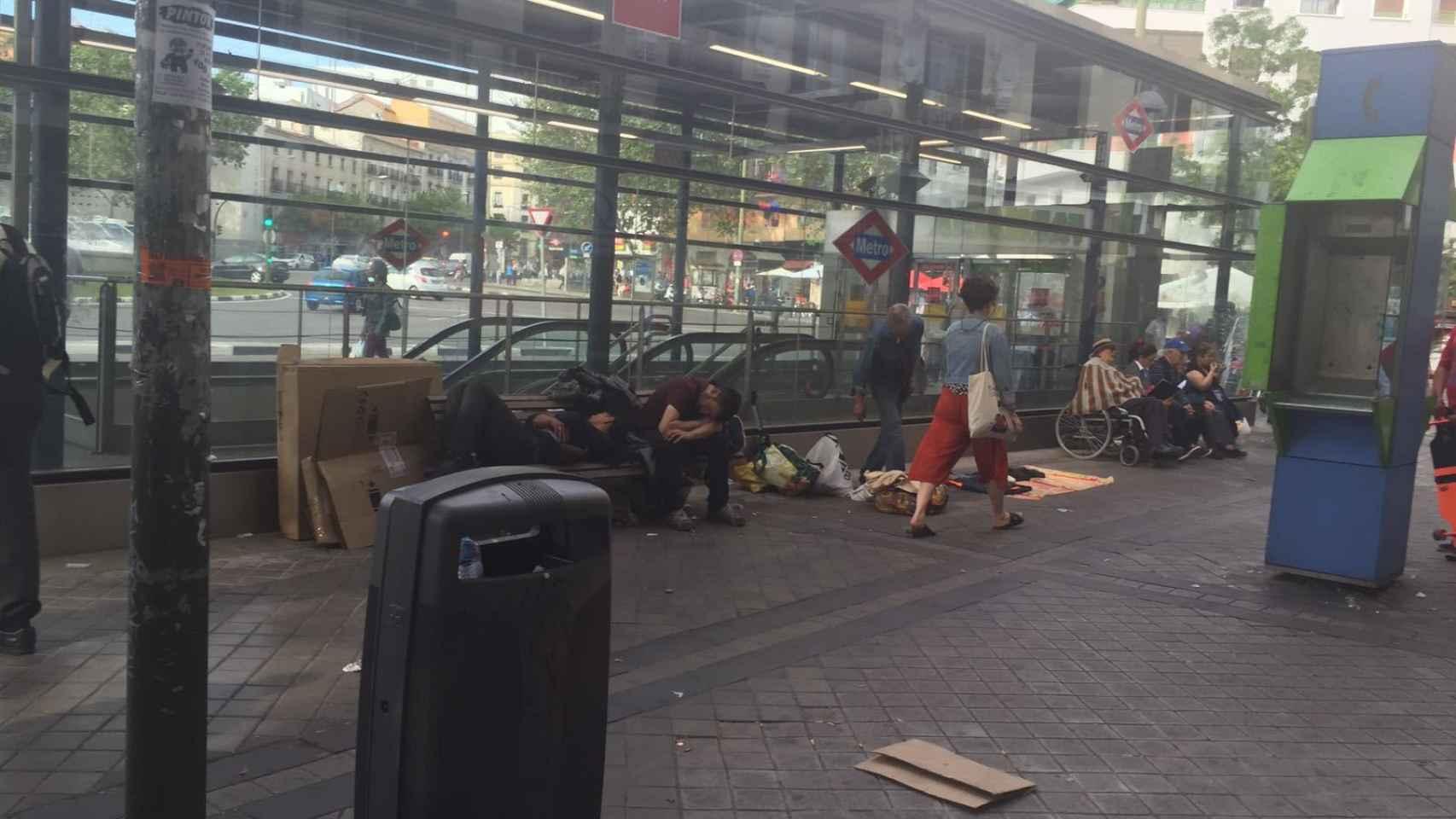 Cada día, los toxicómanos esperan a las cundas en los alrededores del Metro de Embajadores.