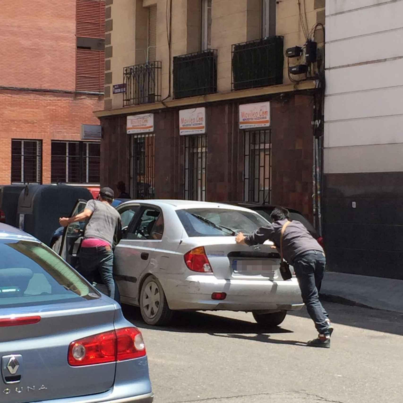 Los coches de la droga recogen a los toxicómanos en Embajadores.