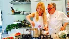 Cayetana Guillén recibe clases en casa de su amigo el chef Paco Bello