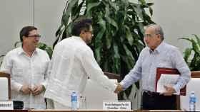 Saludo entre los negociadores de ambas partes.