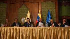 Mesa de negociación entre Gobierno y oposición.