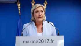 La líder ultraderechista francesa Marine Le Pen ante en su comparecencia para hablar de los resultados de las elecciones presidenciales estadounidenses en el Palacio del Elíseo en Nanterre.