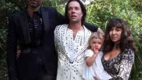 Jörn (izqda) y su marido el cantante Rufus Wainwright , Lorca y la nieta de Cohen en brazos