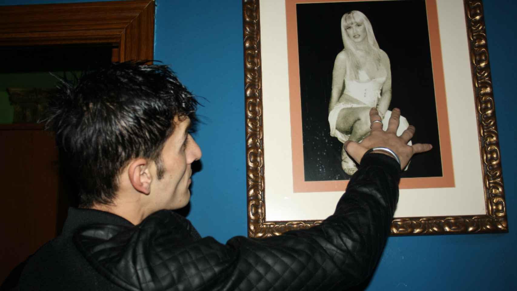 Alin con un cuadro de La Veneno.