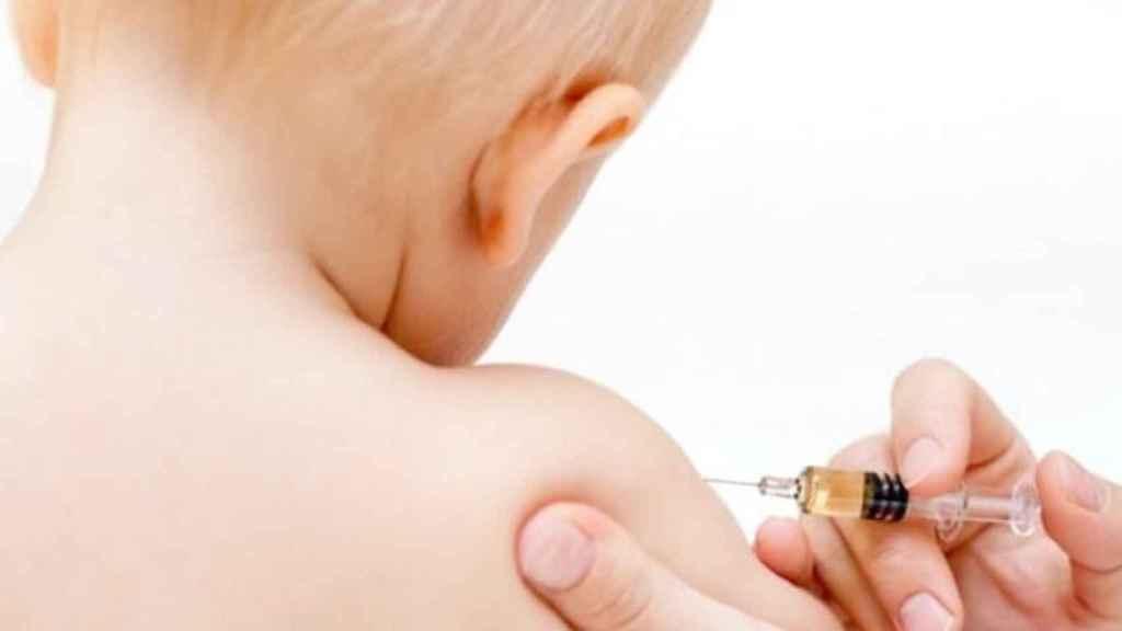 Un niño, recibiendo una vacuna.