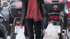 La hermana de la reina Letizia camina por las calles de Barcelona.