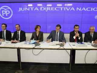 Mariano Rajoy, con la cúpula del PP en la Junta Directiva Nacional este lunes.