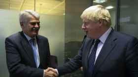 Dastis saluda al jefe de la diplomacia británica durante su primera reunión bilateral