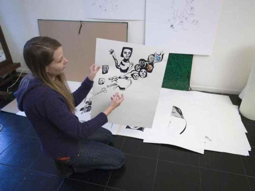 Anne-Marie Schneider en su taller, retratada por el Centre Pompidou.