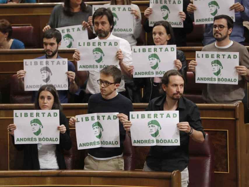 Los carteles exhibidos por los miembros de Podemos.