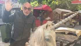 James Faulkner aparece montado en un unicornio en medio del Mercado Medieval.