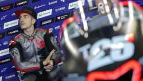 Maverick Viñales, en el box de Yamaha, antes de salir a pista, en Cheste.