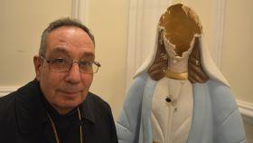 Monseñor Arbach posa junto a una figura de la virgen María destrozada en Homs (Siria).