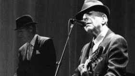 Leonard Cohen durante el transcurso de un concierto.
