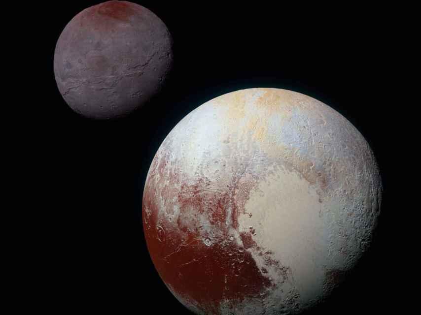Plutón y una de sus lunas