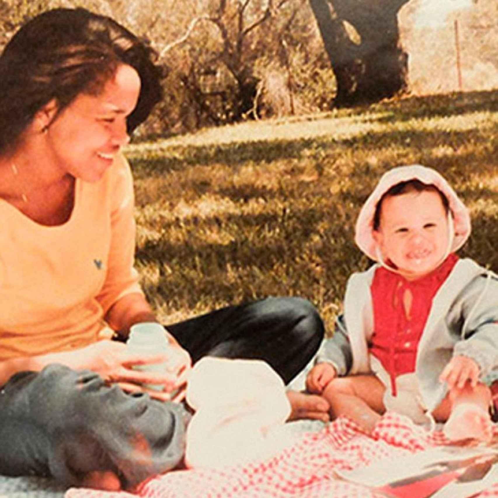 Doria Ragland y su hija Meghan de bebé