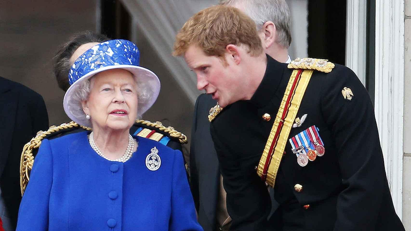 La reina Isabel con ese gesto stiff upper lip, y su nieto Harry