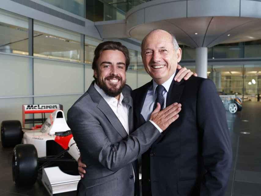 Fernando Alonso y Ron Dennis en Woking en 2015.