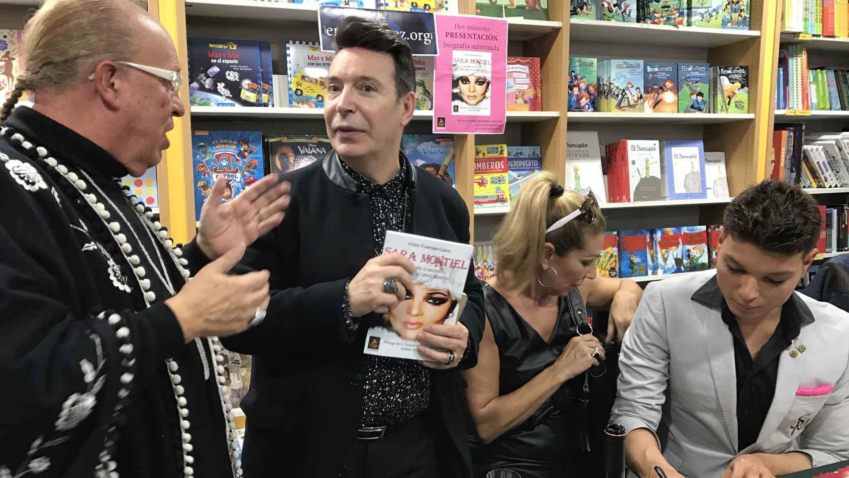 Rappel y Jenny Llada junto al autor del libro.