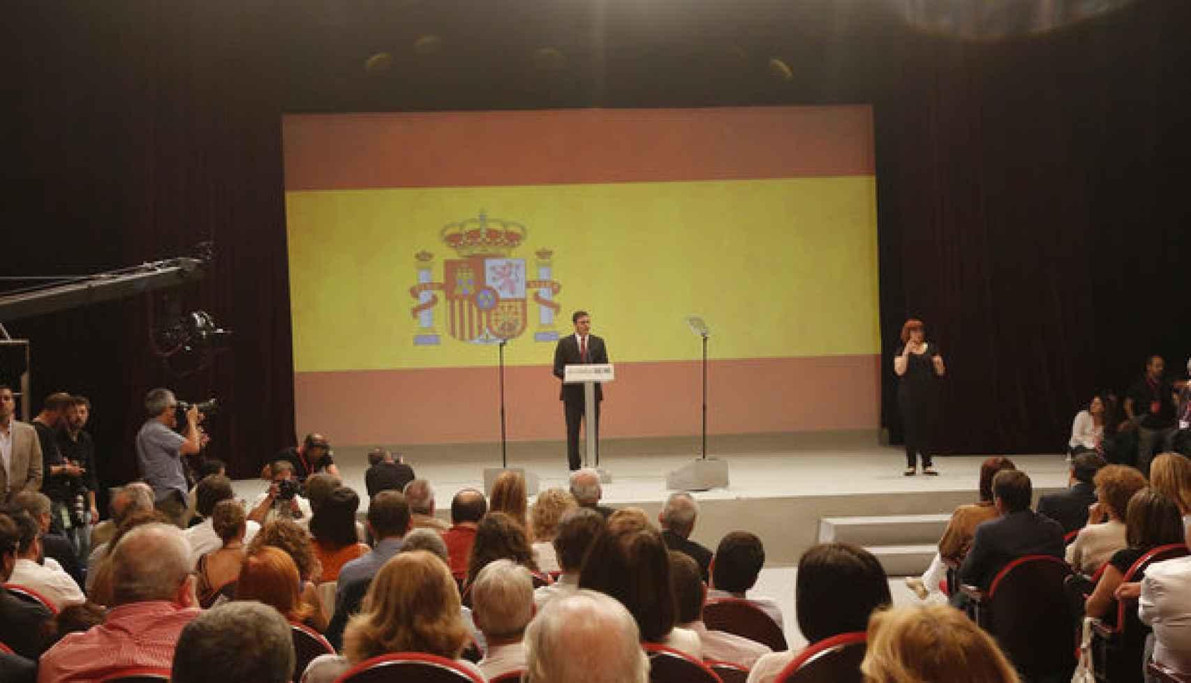 Pedro Sanchez desplegó la gran bandera en junio de 2015, en su presentación como candidato al Gobierno.