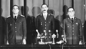 Jorge Videla (c), junto a Emilio Massera (i) y a Orlando Agosti (d) tras dar el golpe de Estado en marzo de 1976.