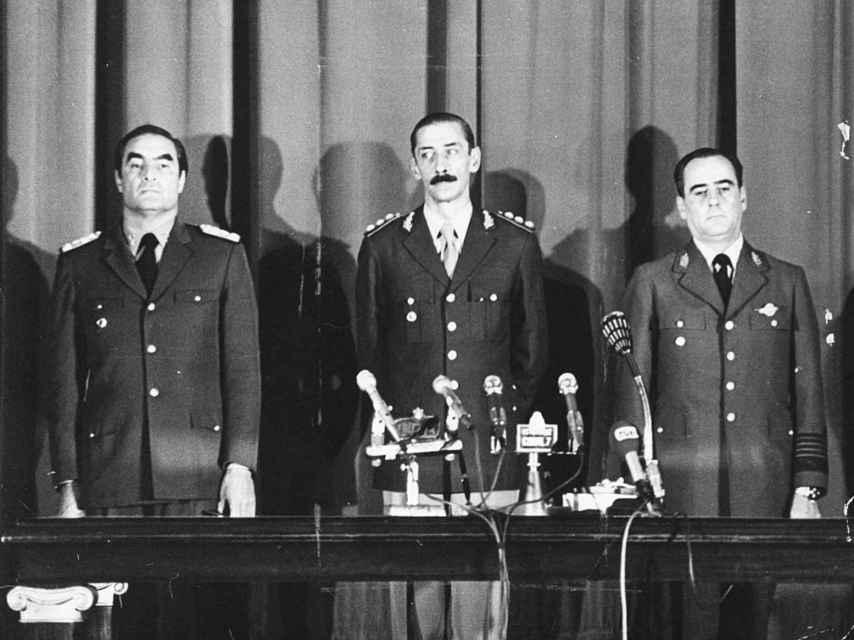 Jorge Videla (c), Emilio Massera (i) y a Orlando Agosti (d) tras dar el golpe de Estado en 1976.