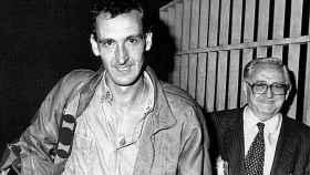 Javier Anastasio abandona la cárcel acompañado de su abogado García de Pablos.