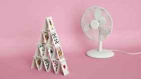 Un ventilador frente a un castillo de cartas a punto de ser derribado (o no).