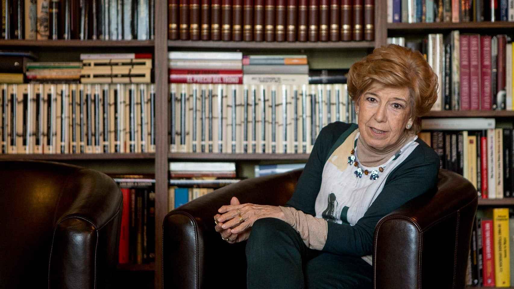 Pilar Urbano en su estudio, donde afirma que entró el CESID para vigilarla.