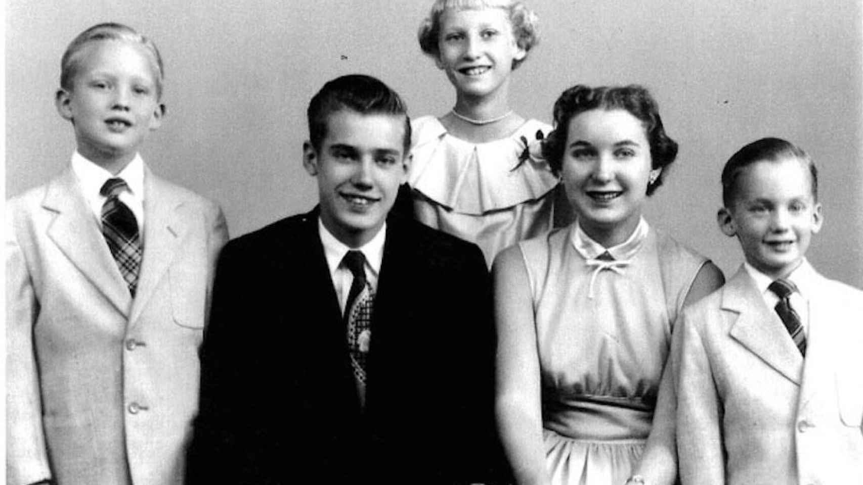 Donald, Freddy (con chaqueta oscura), Elizabeth (de pie), Maryanne y Robert.