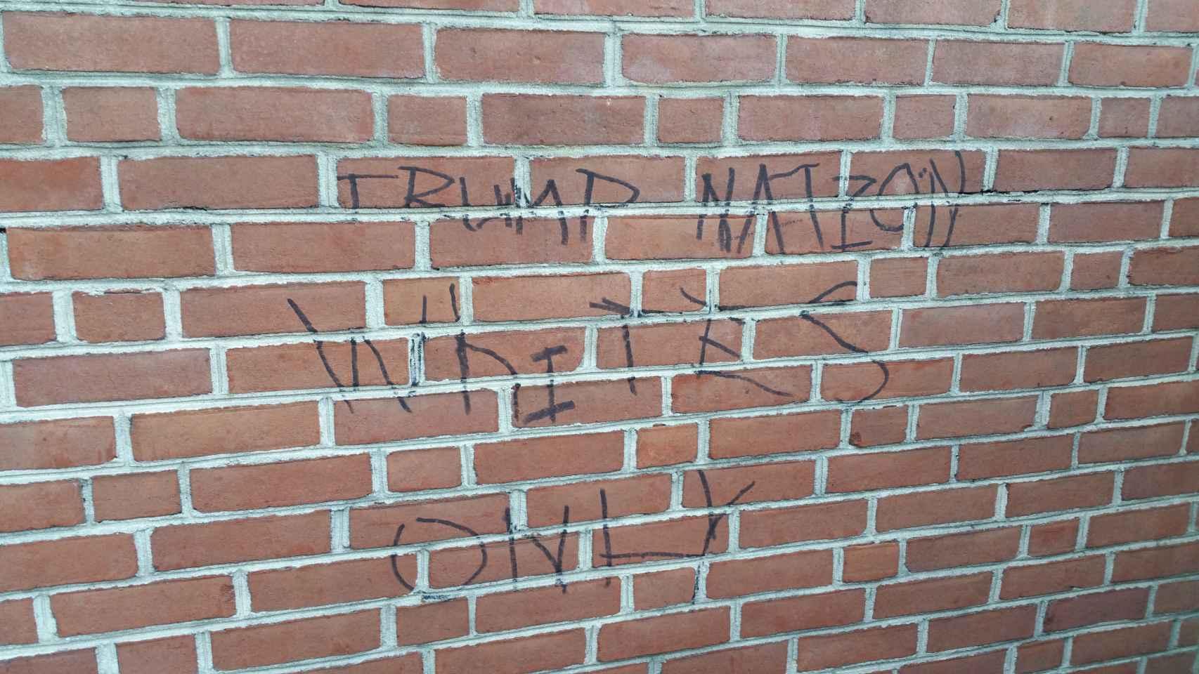 Otra pintada racista en la pared exterior de la Iglesia Episcopal de Nuestro Salvador.