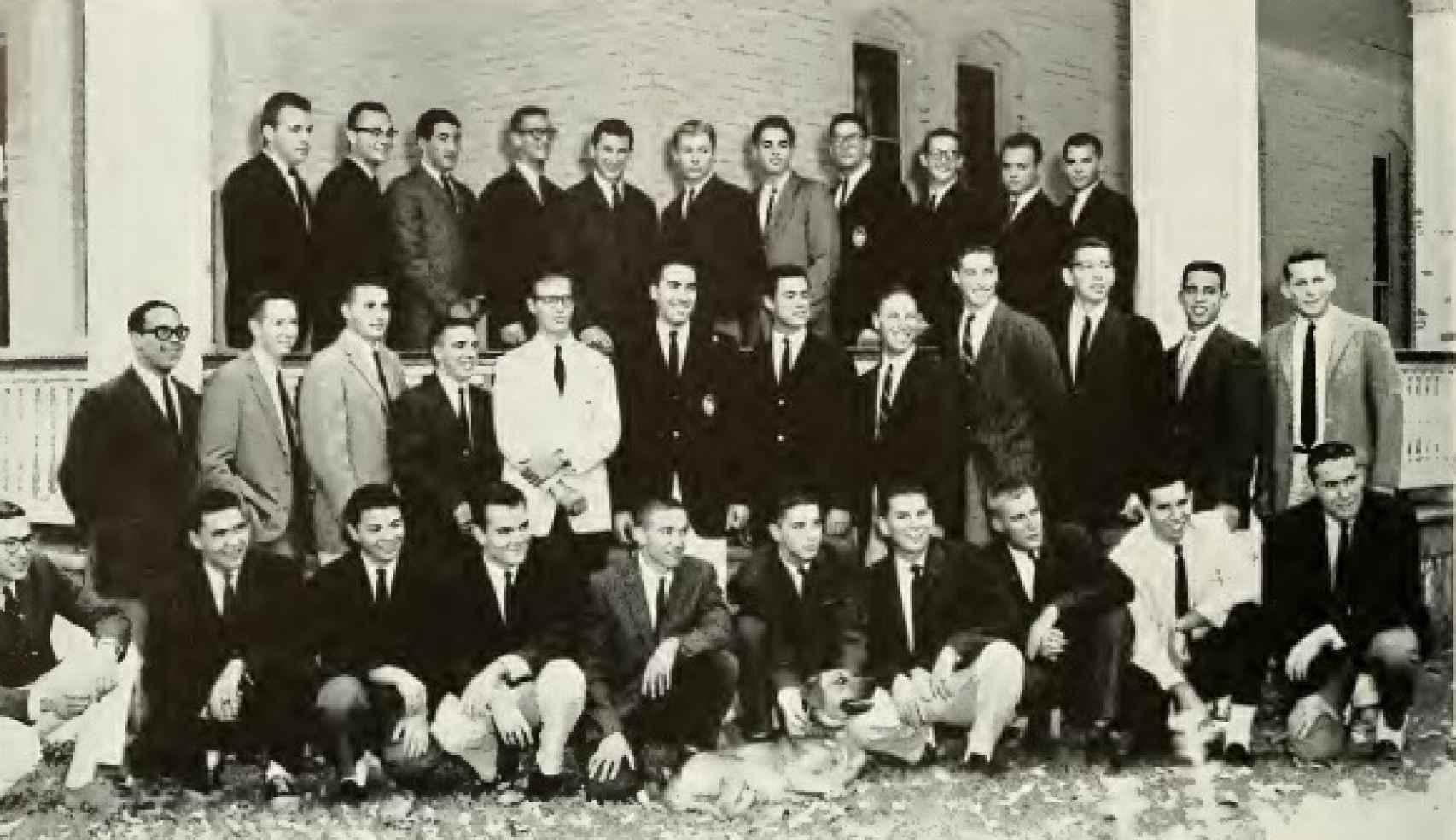 Una imagen de la hermandad de Freddy. Él es el  el tercero por la derecha de la primera fila.