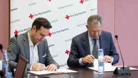 Momento de la firma del acuerdo entre iDental y Cruz Roja Española.