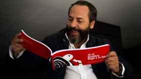 El bigotes disfrutando del libro Si el hombre llegó a la luna.