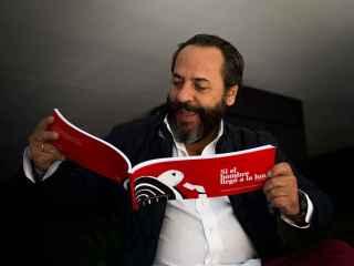 El bigotes disfrutando del libro de su amigo Carlos Yuste.