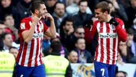Koke y Griezmann celebran un gol en el Santiago Bernabéu.