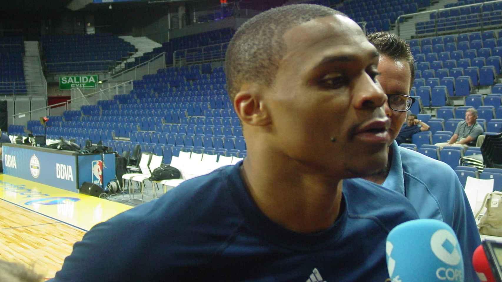 Westbrook atiende a la prensa en Madrid.