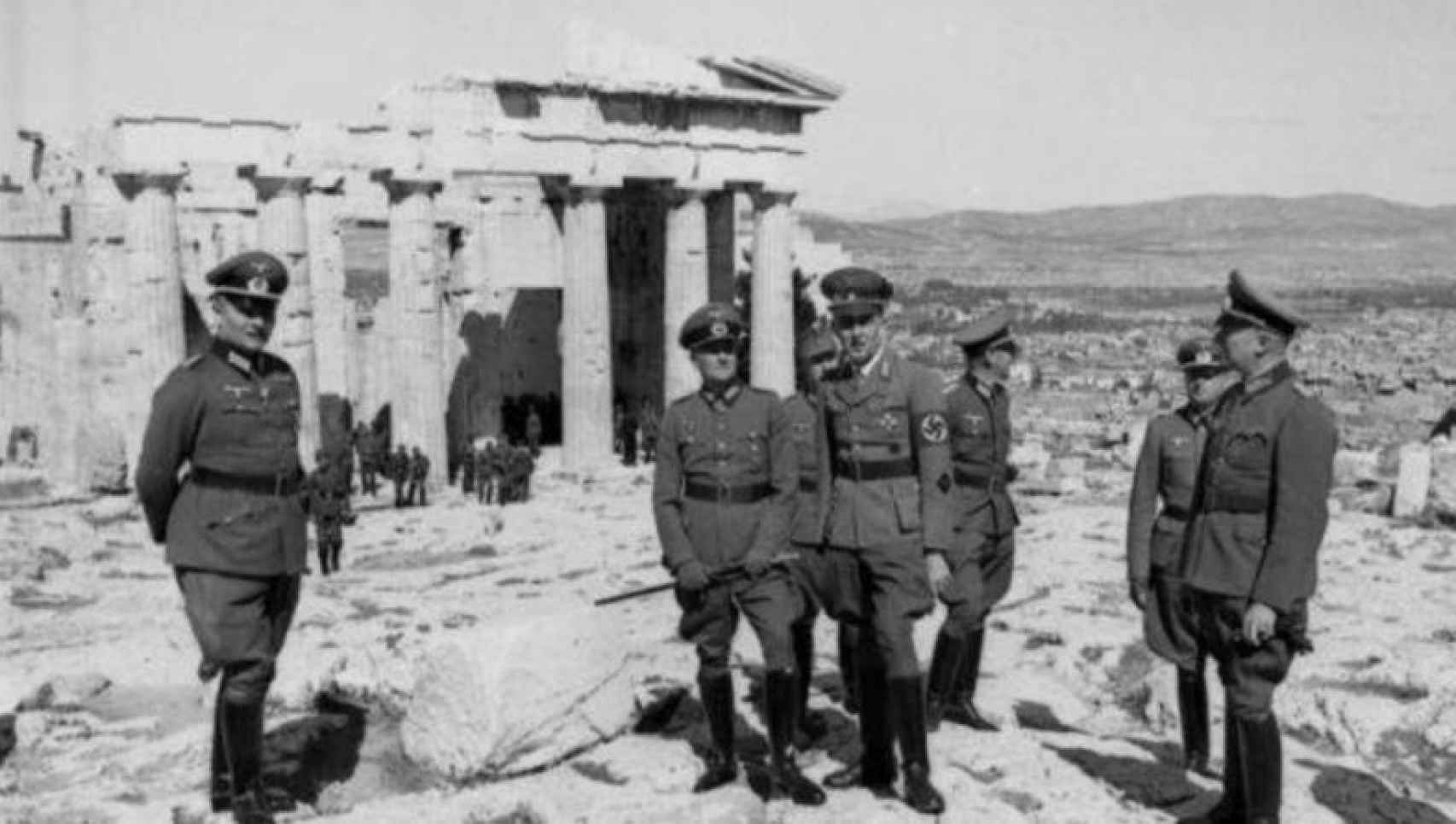 Walther Wrede, segundo por la derecha, posa junto a oficiales nazis.