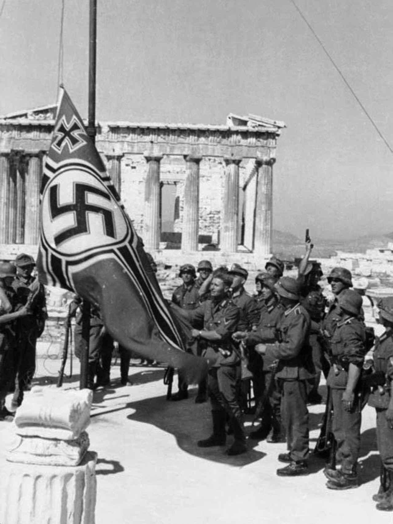 Momento en el que las tropas nazis izan la esvástica en las ruinas de la Acrópolis.