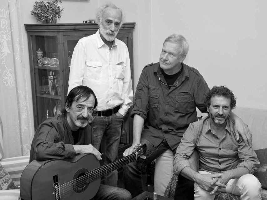 Javier Krahe y los miembros de su banda, organizadores de su homenaje.