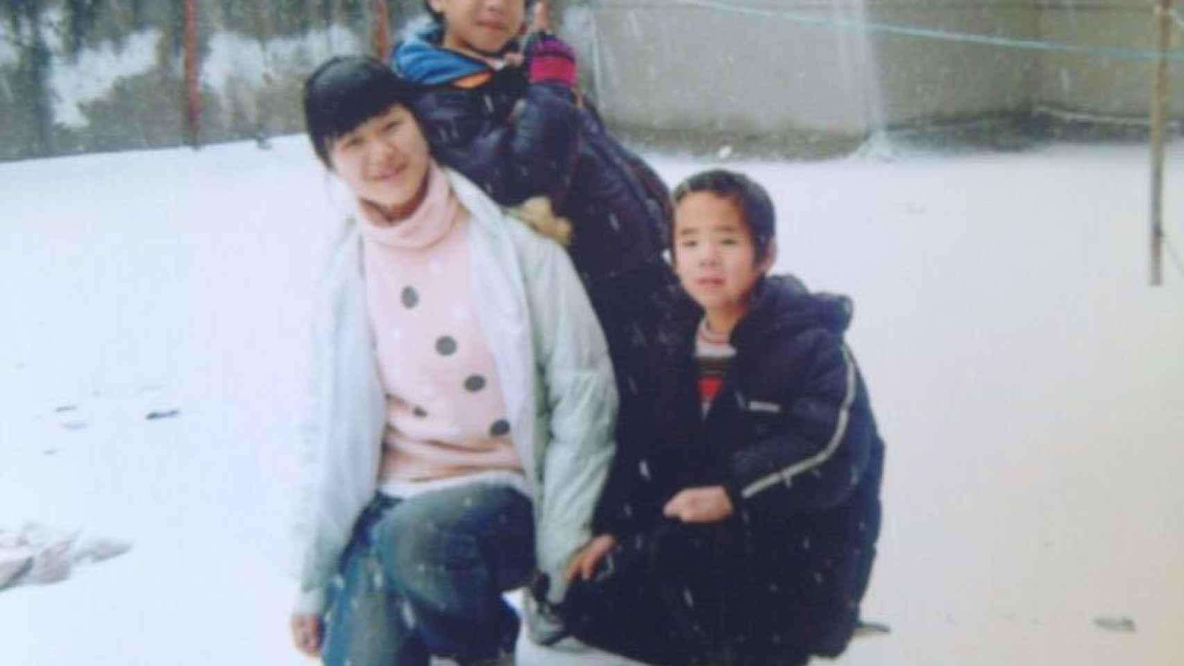 Daniel junto a una de sus cuidadoras y otro compañero en el orfanato.