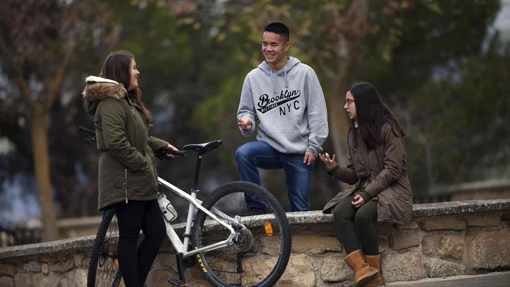 Daniel en Pamplona junto a sus hermanas. Foto: Iban Aguinaga